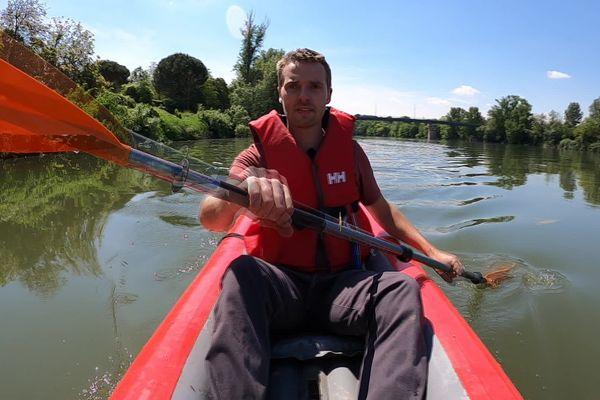 Gaëtan à bord de son Kayak gonflable sur la Garonne, au départ de Toulouse il va rejoindre Bordeaux en 10 jours en totale autonomie.
