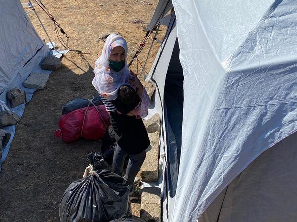 Cette jeune femme a fui les flammes dans la panique, son petit dans les bras. Voilà des mois qu'elle rêve de quitter enfin la Grèce, pour un autre pays.