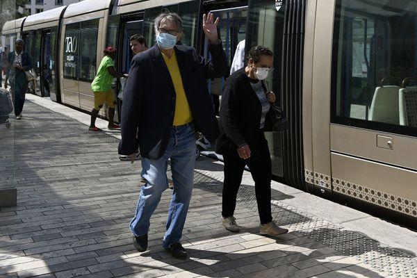 Des passagers munis de masques de protection sur le quai du tramway d'Orléans le 6 mai 2020, image d'illustration.