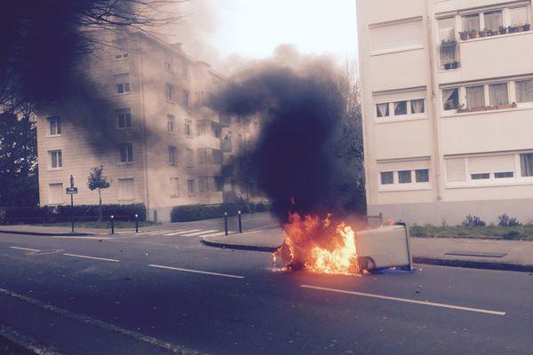 Une poubelle en feu en marge du blocage du lycée de la Chauvinière, le 17 mars 2016.