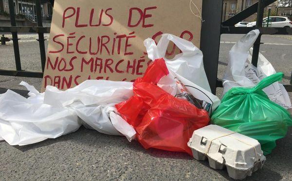 Des oeufs, du fromage, des saucisses... Les commerçants ambulants ont déposé des victuailles devant la préfecture de la Manche.
