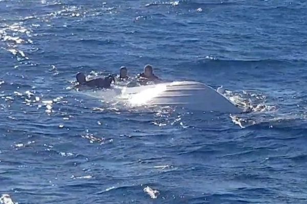Les trois personnes se sont accrochées pendant de longues minutes à l'embarcation.