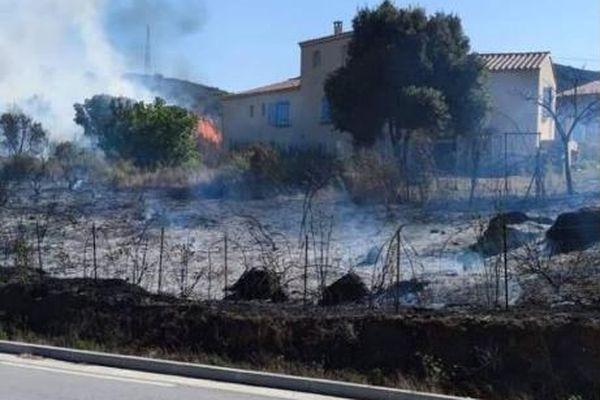 Peu après le début de l'incendie, trois habitations ont été menacées par les flammes. Les pompiers ont pu les protéger.