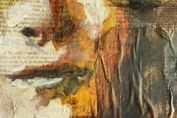L'artiste peintre Aurélie Salvaing travaille avec des collages de textes issus de vieux journaux.