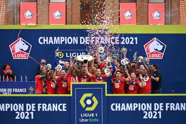 Les joueurs du LOSC reçoivent le trophée de champion de France 2021 de Ligue 1 au domaine de Luchin, lundi 24 mai 2021.