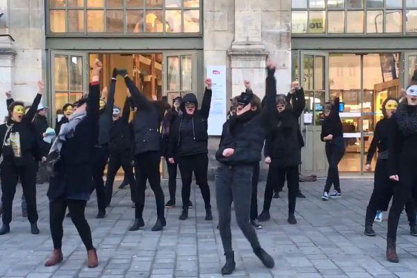 """Sur l'air de """"I Love Rock n'Roll"""", les femmes chercheuses ont organisé un flashmob devant la gare Lille-Flandres contre la réforme des retraites."""