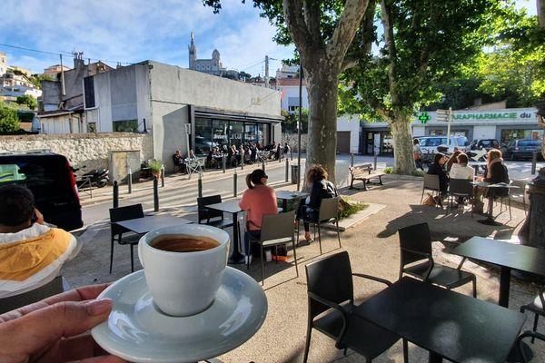 Depuis le 19 mai 2021, il est à nouveau possible de boire un petit café en terrasse.