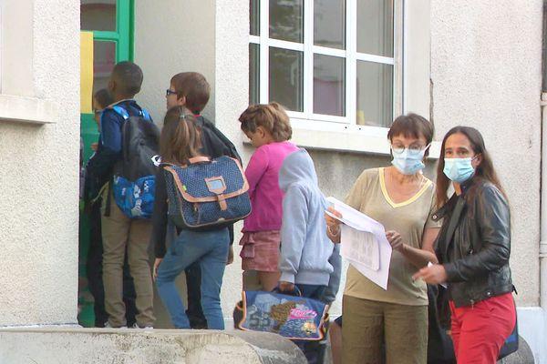 Le virus circule bel et bien dans les écoles, mais reste en-dessous du seuil d'alerte