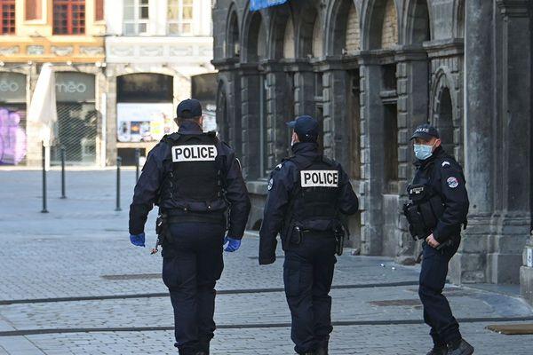 Une patrouille de police dans le  centre de Lille.