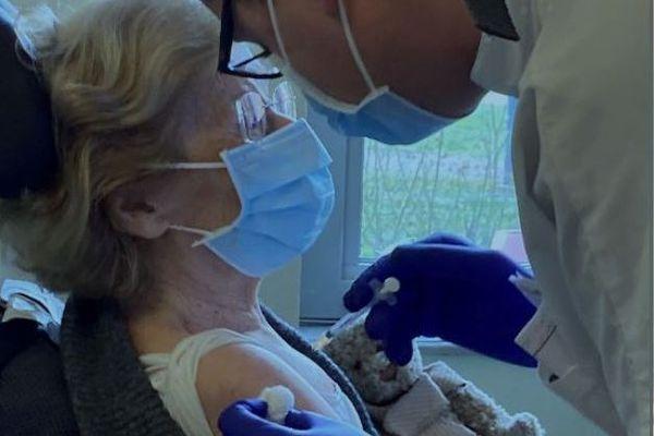 Marie-Madeleine, une patiente âgée de 87 ans, a été la première à être vaccinée aux Hospices Civils de Lyon.