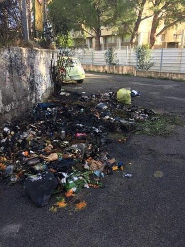 Les conteneurs qui ont été brûlés se trouvent à l'extérieur des locaux de l'association.