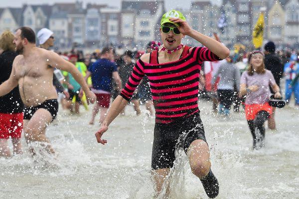 """A Malo-les-Bains à Dunkerque, des centaines de """"givrés"""" se sont donnés rendez-vous au traditionnel bain du Nouvel an."""