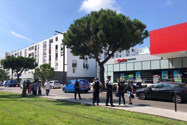 Les coups de feu auraient retenti vers 9h30 devant le supermarché Casino du quartier des Moulins, la police scientifique est arrivée sur place.