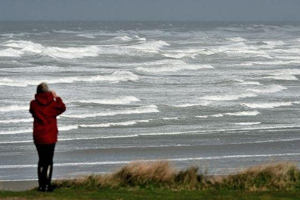 Une femme prend en photo la forte houle provoquée par la tempête Christian, le 27 octobre 2013 à Wimereux (Pas-de-Calais).