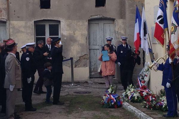 Devant la caserne Miolis, des militaires et des civils rendent hommage à Fred Scaramoni, le 19 mars 2016 à Ajaccio.