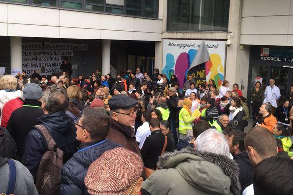 Salariés et usagers lors d'une manifestation pour défendre le statut non-lucratif du GHMG le 30 janvier 2020