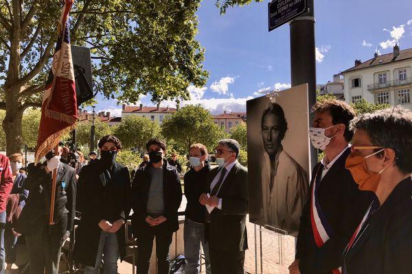 Le maire de Lyon, Grégory Doucet et la famille de Denise Vernay-Jacob sous la plaque qui porte désormais son nom inaugurée le 25 mai 2021