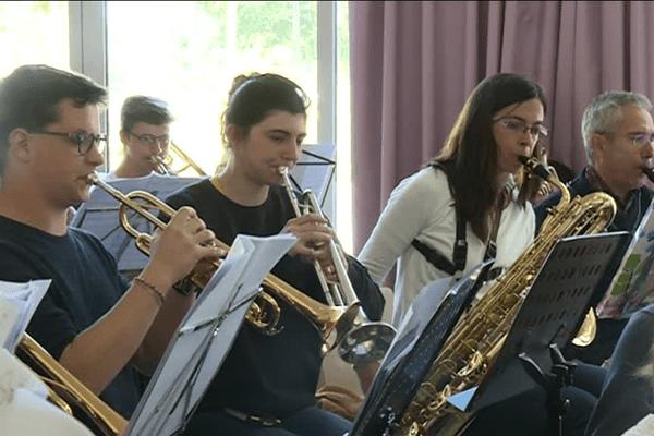 Une centaine d'adultes et d'enfants pratiquent dans deux orchestres de niveaux différents