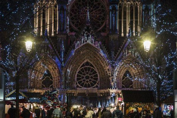 Le marché de Noël se tient devant la cathédrale de Reims