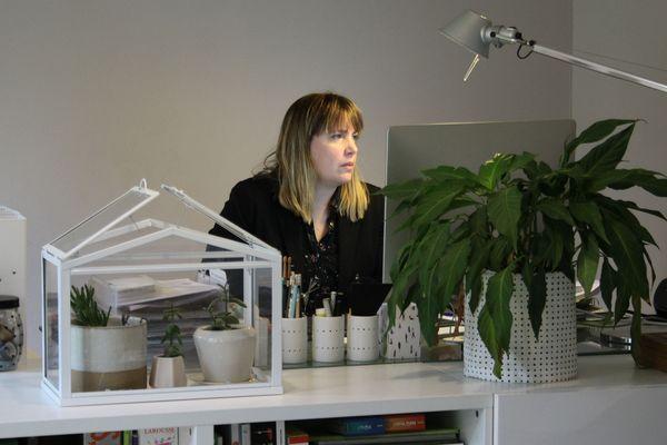 Magali Chupeau-Legoff, alias Lili l'archi, travaille depuis chez elle, à Tours.