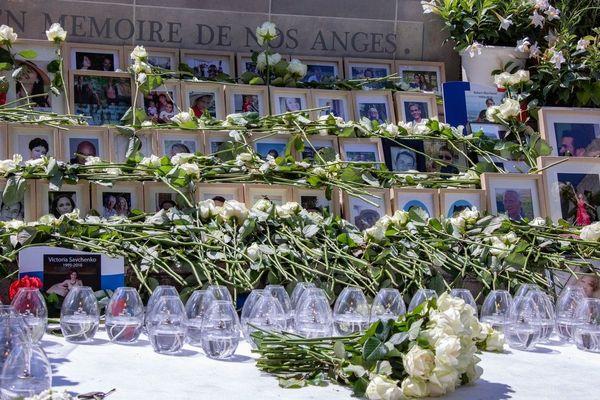 Ce 14 juillet 2019 à Nice, les personnes présentes ont placé une rose blanche devant le mémorial des victimes de l'attentat de Nice, installé dans les jardins de la Villa Masséna, sur la Promenade des Anglais.