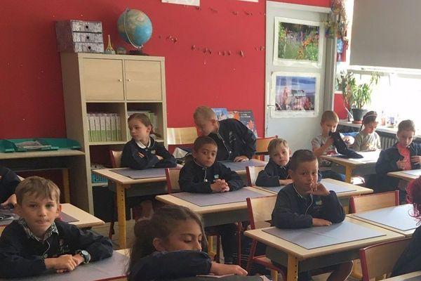 Blouse bleue obligatoire pour les élèves du groupe scolaire privé de La Miséricorde, à Metz.