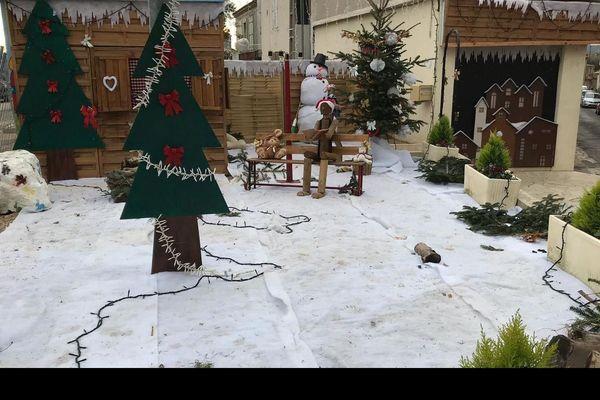 Devant le syndicat des initiatives à Sallèles-d'Aude, la place est désormais vide, il manque le Père Noël - 11 décembre 2019