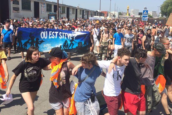 À l'arrivée sur le quai Wilson, la marche rassemblait près d'un millier de personnes.