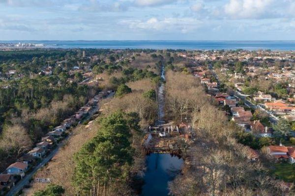 """Le """"Canal des Landes"""" fait l'objet de toutes les attentions pour éviter les inondations. Créé au 19è, ses écluses avaient été détruites par les Allemands dans un projet stratégique durant la 2nde Guerre Mondiale."""