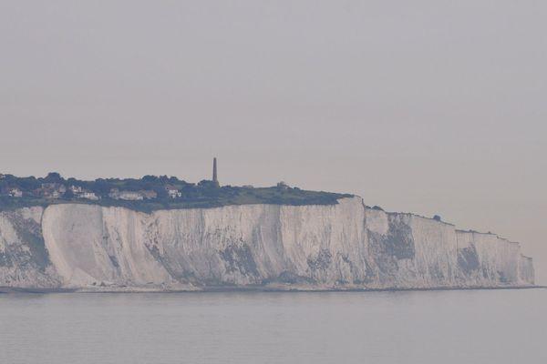 Les falaises de Douvres de l'autre côté de la Manche