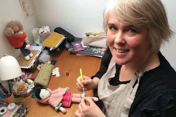 """Rose crochète une poupée """"à l'effigie"""" dans son atelier."""