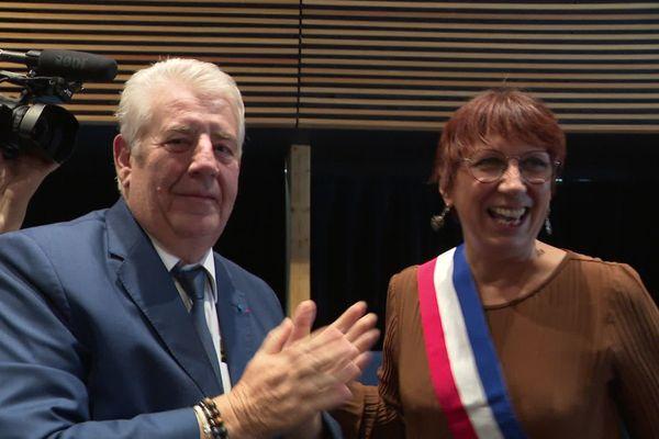 Le maire LREM sortant Jean-Louis Fousseret a remis l'écharpe tricolore à Anne Vignot (EELV), désormais maire de Besançon