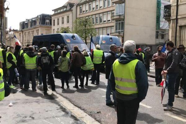 """La manifestation des """"gilets jaunes"""" ce samedi 27 avril à Dijon s'est d'abord déroulée dans le calme, avant des débordements."""