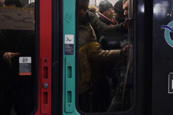 La RATP prévoit un trafic « extrêmement » réduit samedi et dimanche, et « très perturbé » lundi (illustration : 5 décembre).