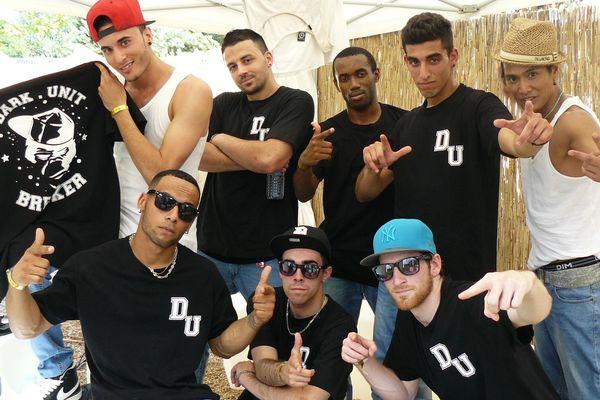 Icham (en haut, bras croisé) et ses camarades danseurs.