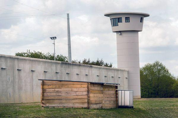 """Des """"projeteurs"""" se rendent au pied de l'enceinte de la prison de Beauvais pour envoyer des colis aux détenus. Devant le développement du phénomène, le syndicat FO a interpellé la direction."""