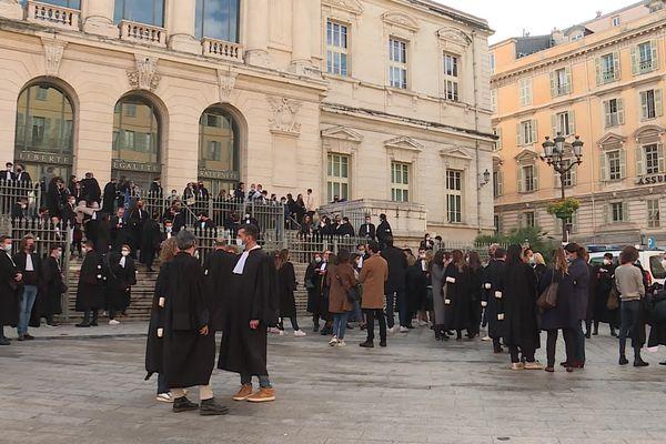 Ce matin, devant le palais de justice de Nice.