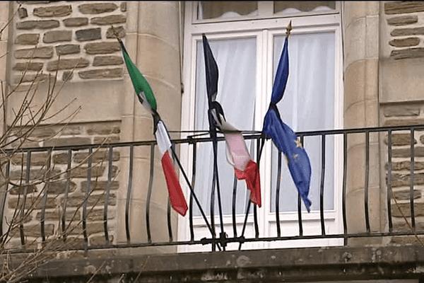 Les drapeaux en berne à la mairie d'Uzerche après le décès de Sophie Dessus, maire de la ville corrézienne