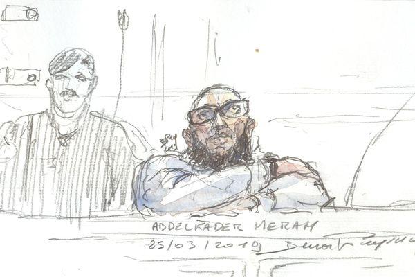 Dessin d'Abdelakder Merah longuement interrogé sur le vol du scooter qui a servi à son frère Mohammed Merah pour les attentats des 11, 15 et 19 mars 2012