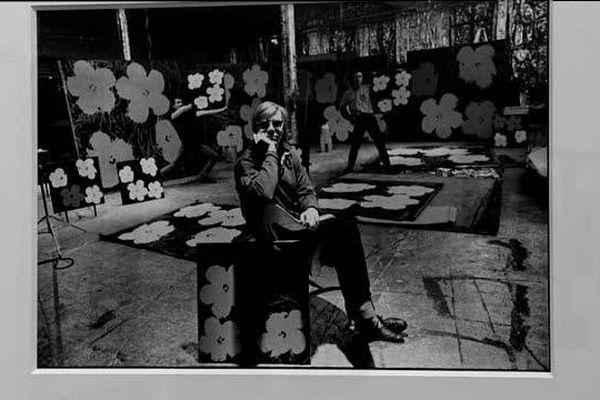 Aussi connu que Cartier-Bresson en France, Ugo Mula aimait cotôyer les artistes ( ici Andy Warhol) dans leurs ateliers.