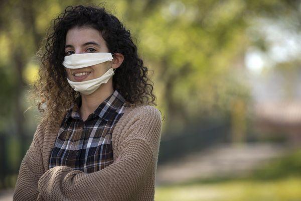 """La Toulousaine Anissa Mekrabech a mis au point un """"masque inclusif"""" pour permettre aux personnes malentendantes de lire sur les lèvres tout en étant protégées."""