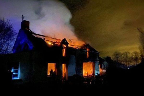 La maison était déjà totalement embrasée lorsque les pompiers sont arrivés.