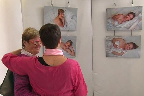Pour les organisateurs de l'exposition, la photographie permet aux patientes de se réapproprier un corps malmené par le cancer.