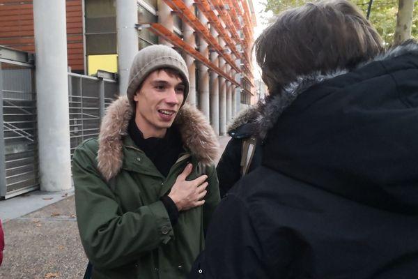 Le journaliste Guillaume Bernard devant le palais de Justice de Toulouse.