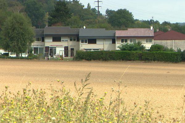 Un champ qui jouxte des maisons à Val-de-Reuil dans l'Eure