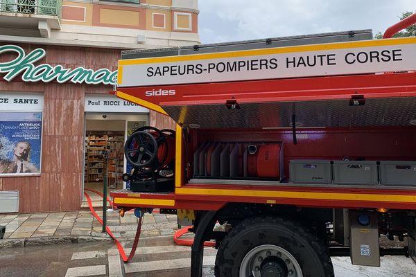 Opération de pompage dans les commerces et les habitations inondés à Bastia