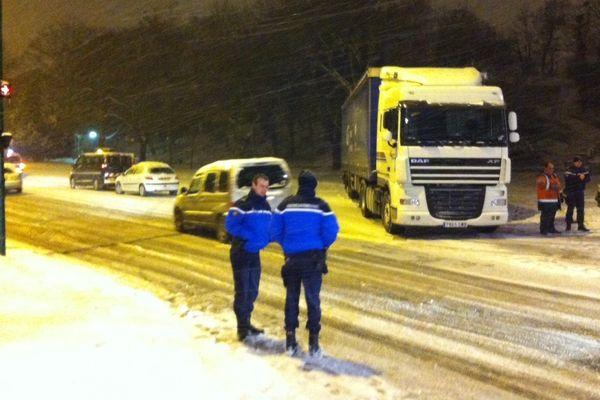 Police et gendarmerie à l'aide du conducteur du camion bloqué en travers de la route