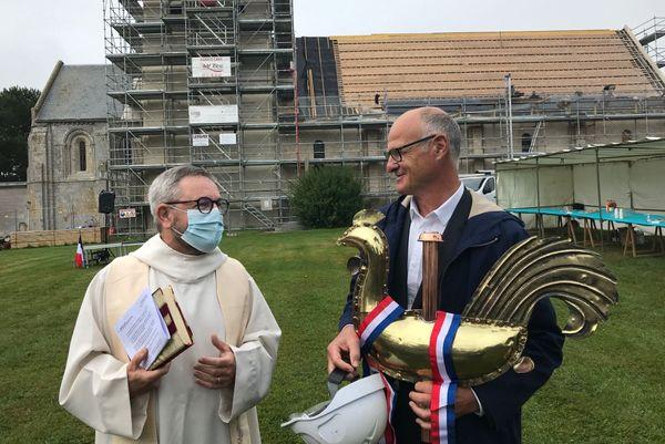 Le père Lair et l'architecte François Jacquemard devant l'église de Cairon