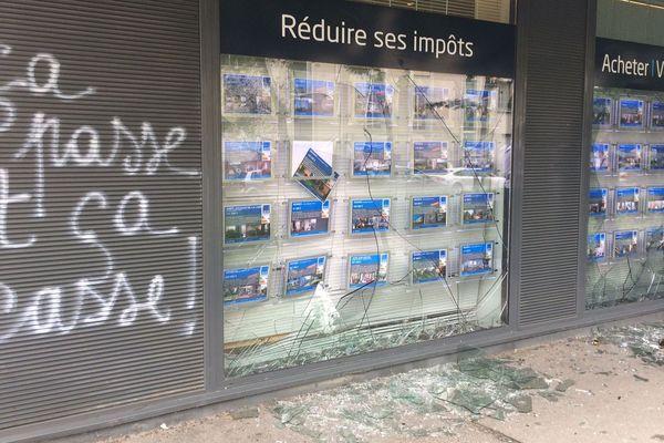 La vitrine d'une agence immobilière à Rennes après le passage de la manifestation contre la loi Travail