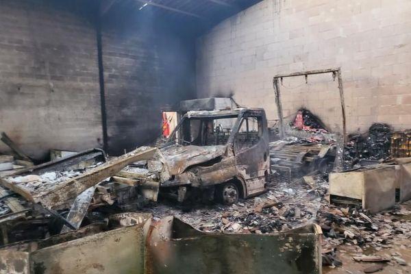 Le feu a ravagé les box de 3 entreprises de la zone industrielle des 7 Fonts à Agde